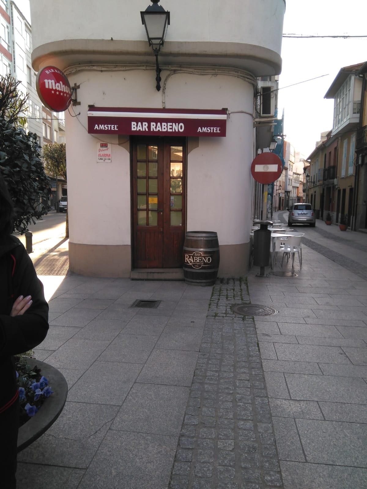 Segunda propuesta: entrada calle Doutor Teixeiro, adosado a la señal suplantando a la papelera