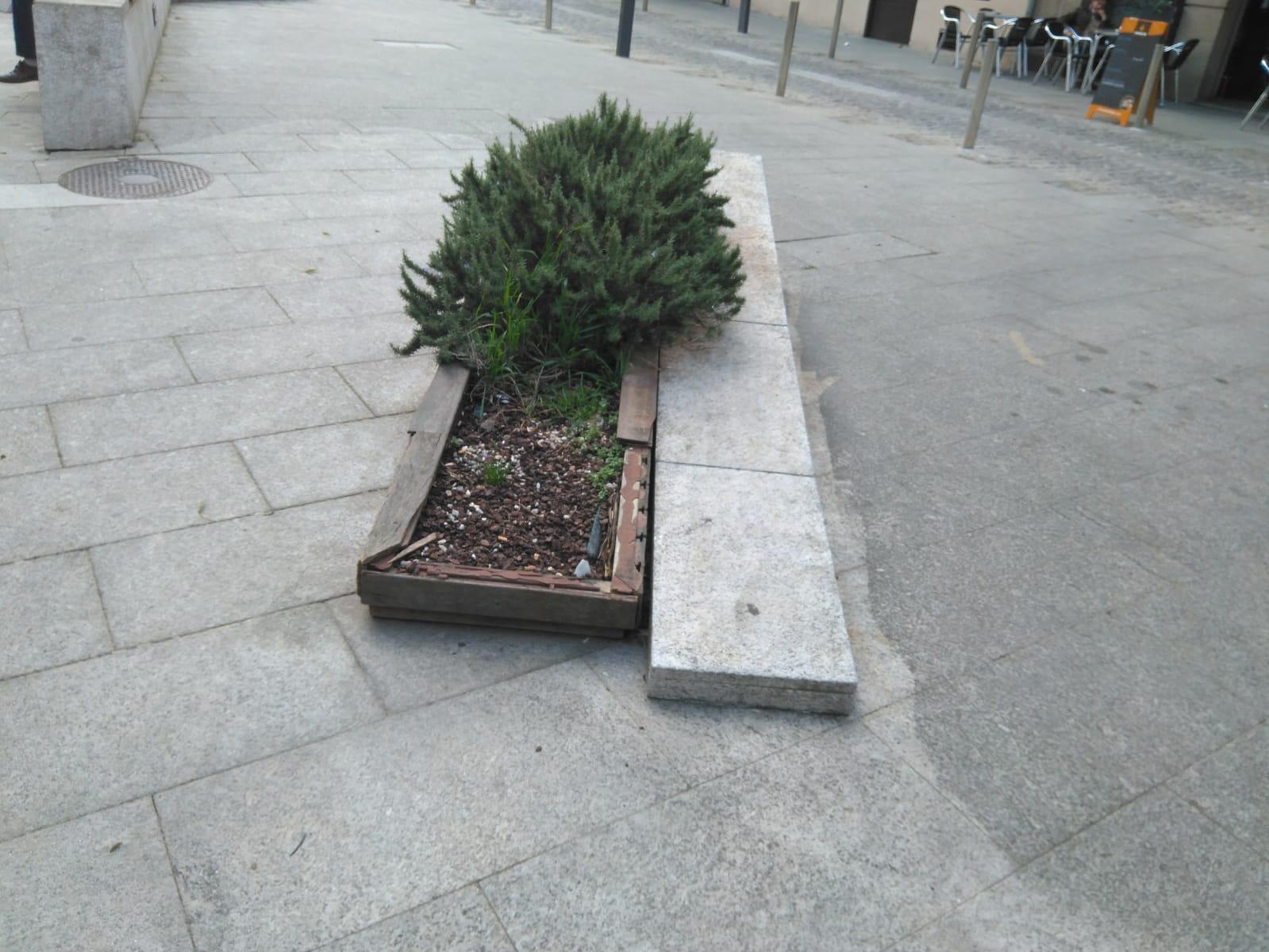 Primera propuesta: Plaza doutor Goyabes. Anexionado  al elemento de piedra, suplantando una parte de la jardinera