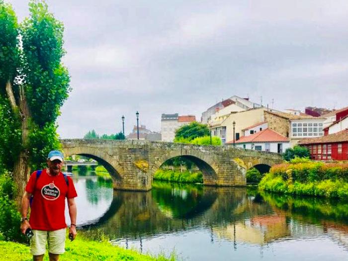 Carlos Herrera ante el puente medieval de Monforte de Lemos