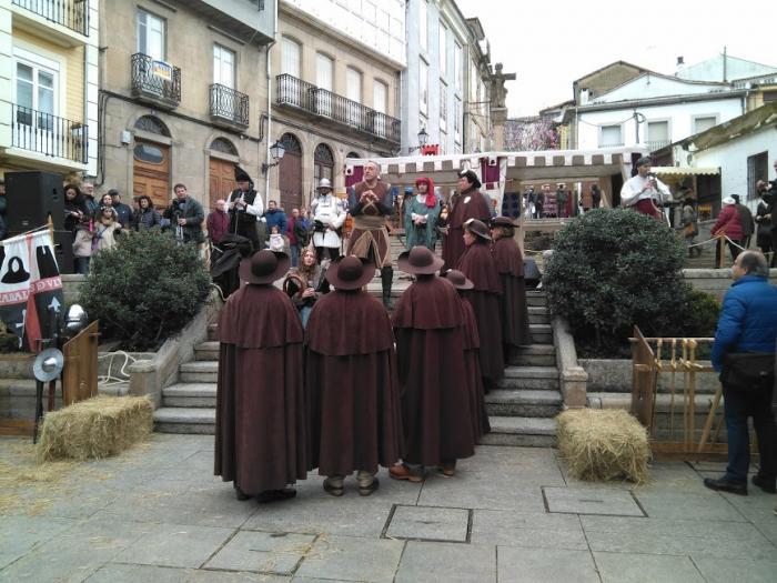 Miembros de la Asocación del Camino de Invierno por Ribeira Sacra participan en la representación teatralizada de la historia de Monforte enla inauguración de la Feria Medieval